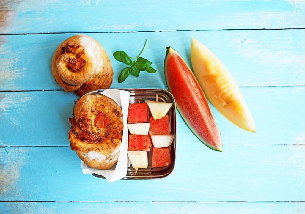 Mit Pizzaschnecken und Melonenspießen ... Herzhaftes und Süßes als Pausensnack.  | Foto: Manfred Zimmer (dpa)