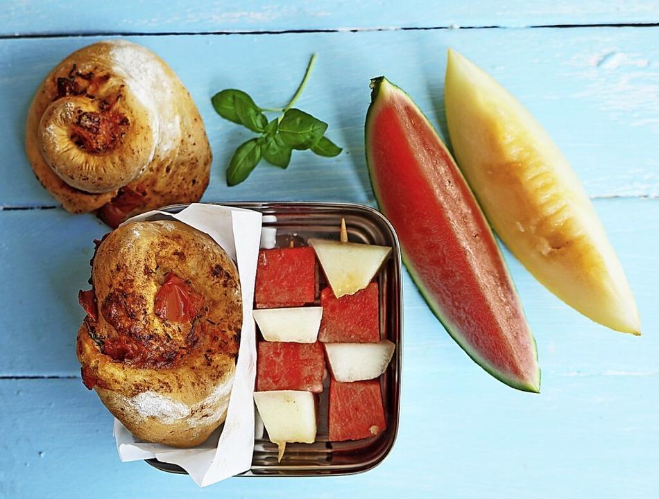 Mit Pizzaschnecken und Melonenspießen ... Herzhaftes und Süßes als Pausensnack.    Foto: Manfred Zimmer (dpa)