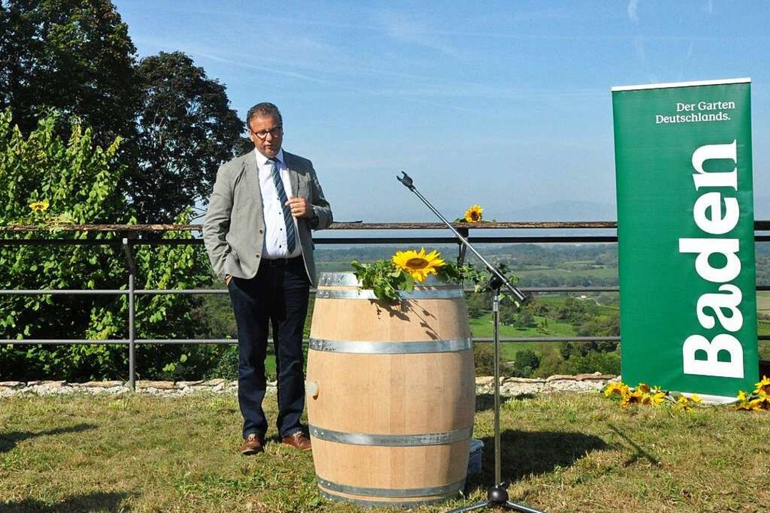 Landwirtschaftsminister Peter Hauk erk...ich den Weinbau der Zukunft vorstellt.    Foto: Klaus Riexinger