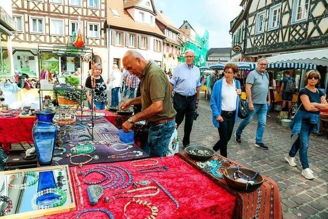 Der Altstadt-Antikmarkt lockt viele Menschen in die Innenstadt