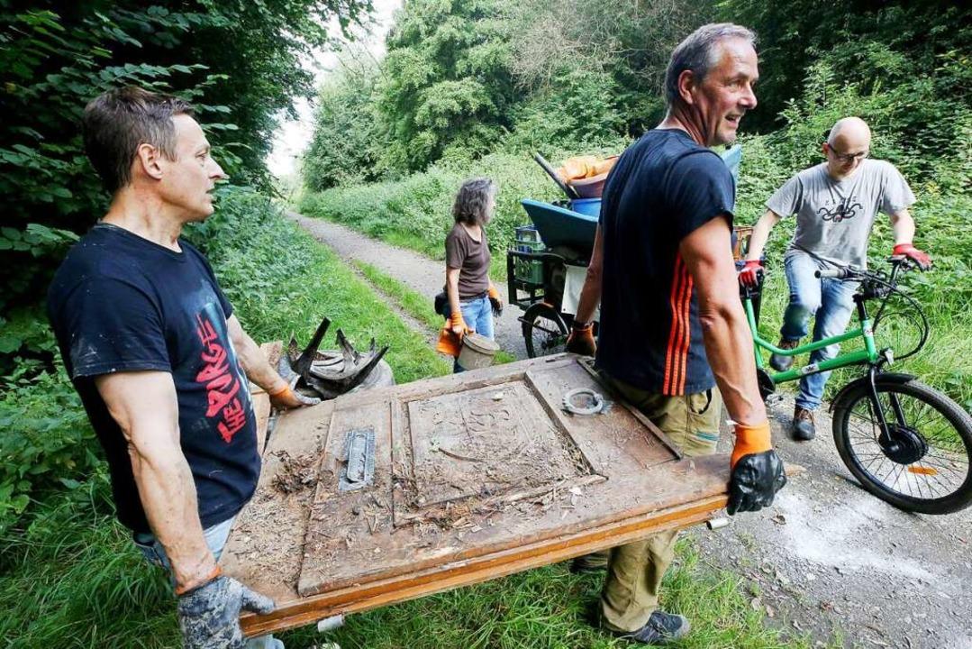 Rund 50.000 Helfer in sieben europäisc...Rheins und seiner Nebenflüsse säubern.  | Foto: Roland Weihrauch (dpa)