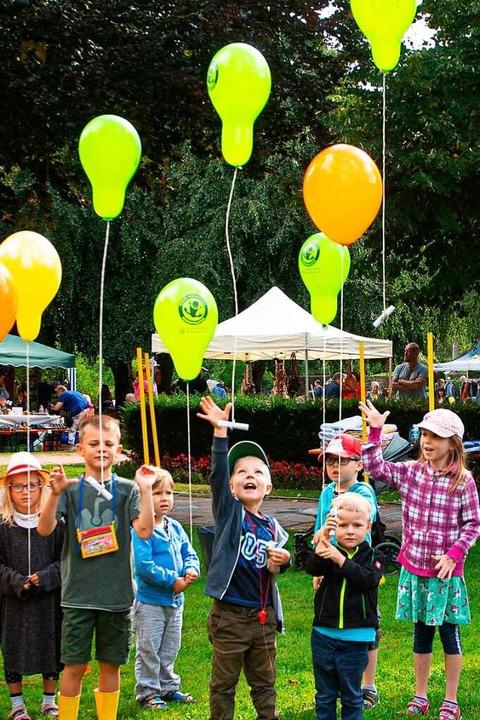 Gruß in  den Himmel beim Ballonflugwet...ls Preis winkt eine große Spielekiste.  | Foto: Wolfgang Scheu