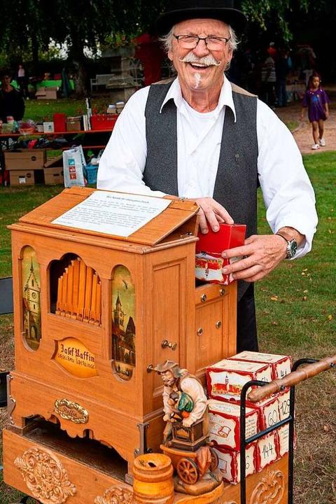 Er dreht und dreht für den guten Zweck - Adi aus Kirchzarten beim Flohmarkt.  | Foto: Wolfgang Scheu