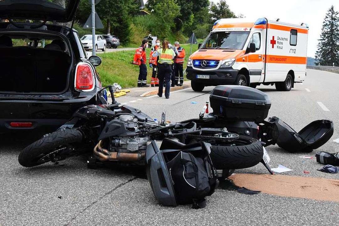 Das Motorrad war von hinten auf das Auto geprallt.  | Foto: kamera24