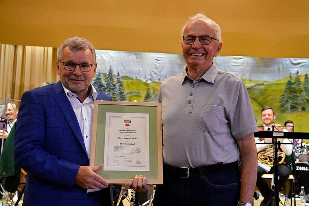 Zum Ehrenmitglied wurde Johann Lauber (rechts)  von Meinrad Joos  ernannt.    Foto: Christiane Sahli
