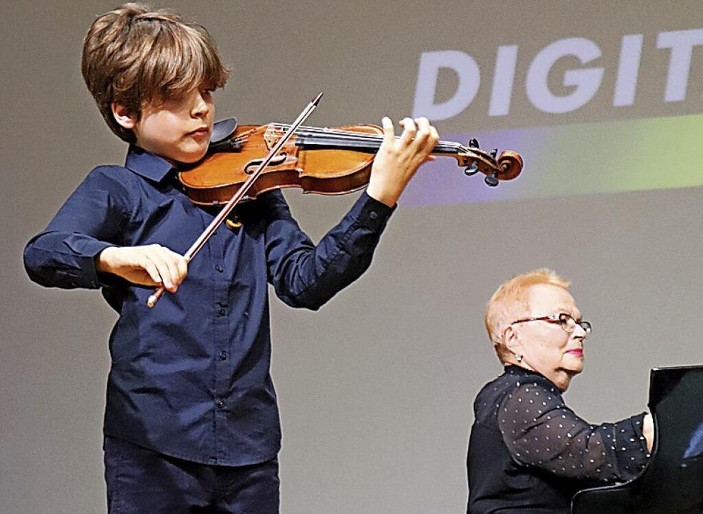 Mit feurigen Weisen beeindruckte Rapha...Levitskaya begleitete den 13-Jährigen.    Foto: Dieter Maurer