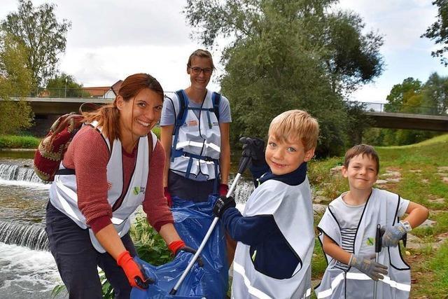 Helfer sammeln Müll an den Flussufern im Kreis Lörrach und in Basel