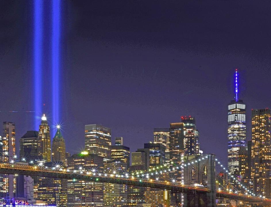Blaue Lichtsäulen markieren die vor 20...störten Türme des World Trade Centers.  | Foto: Ryan Rahman/Pacific Press Agency (imago)