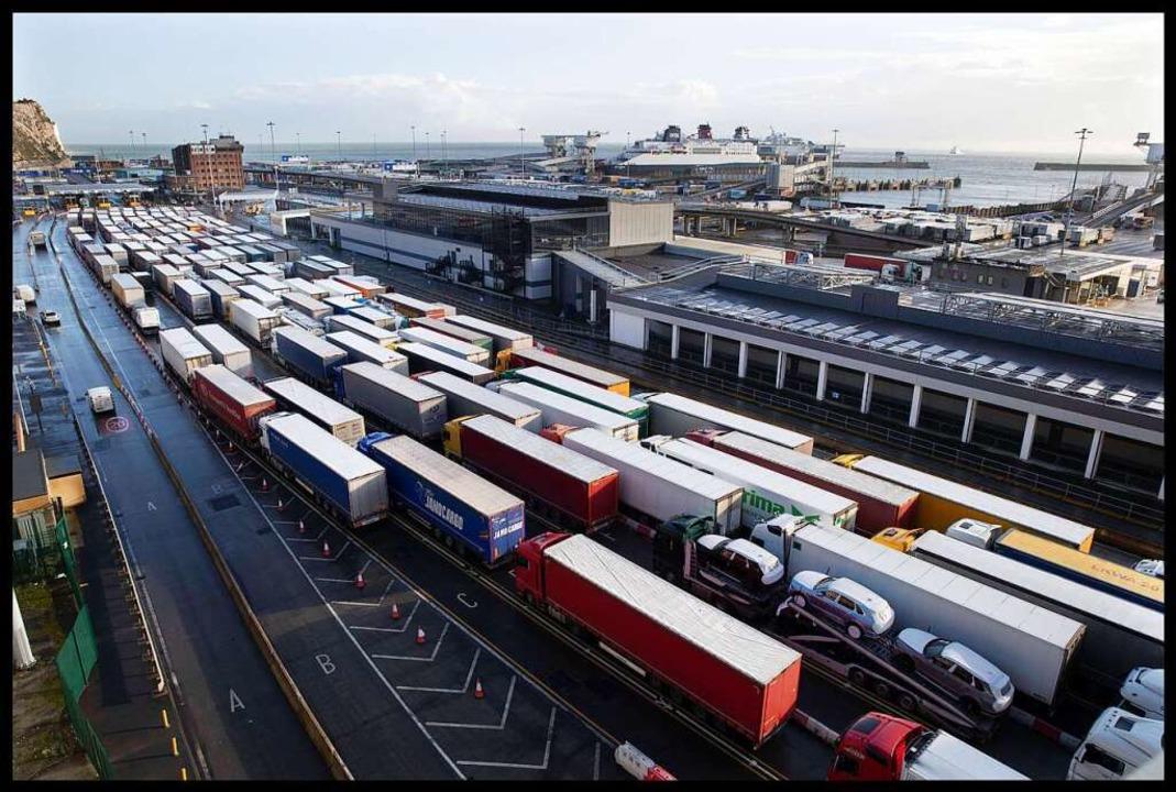 Kaum war der Brexit vollzogen, stauten sich am Hafen von Dover die Lkw.  | Foto: Stephen Lock / i-Images (imago)
