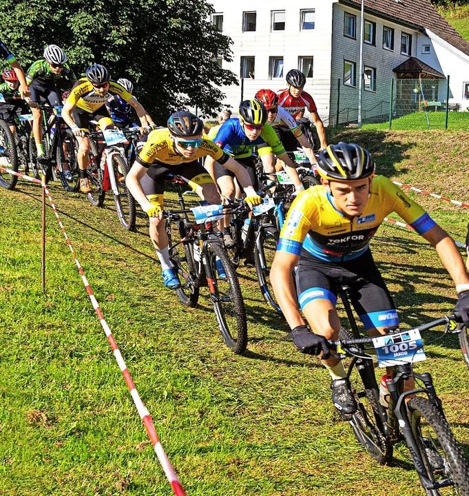 Dynamisch auf die Strecke: Vom Start w...ilometer-Runde um jeden Meter Strecke.  | Foto: Wolfgang Scheu