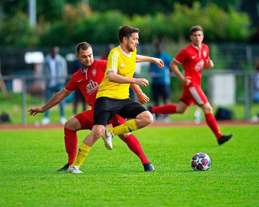 Zwei Siegertypen: Alexander Winter (vo... TuS Bonndorf in Hochemmingen mit 2:0.    Foto: Wolfgang Scheu