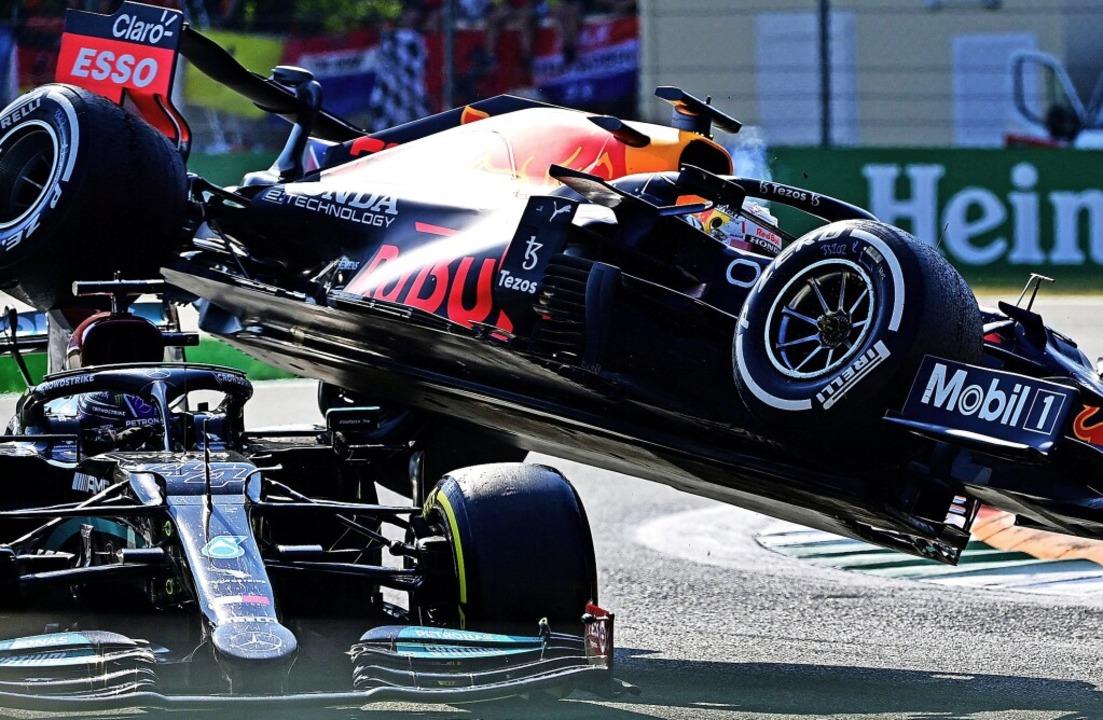Max Verstappen (oben) überrollt mit se...ull Lewis Hamilton in dessen Mercedes.    Foto: ANDREJ ISAKOVIC (AFP)