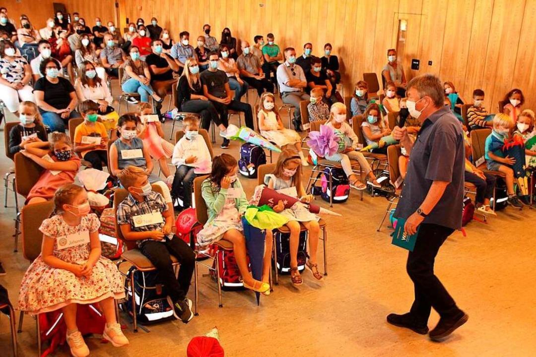 Schulleiter Bernd Friedrich begrüßt die neuen Schulkinder.    Foto: Mario Schöneberg