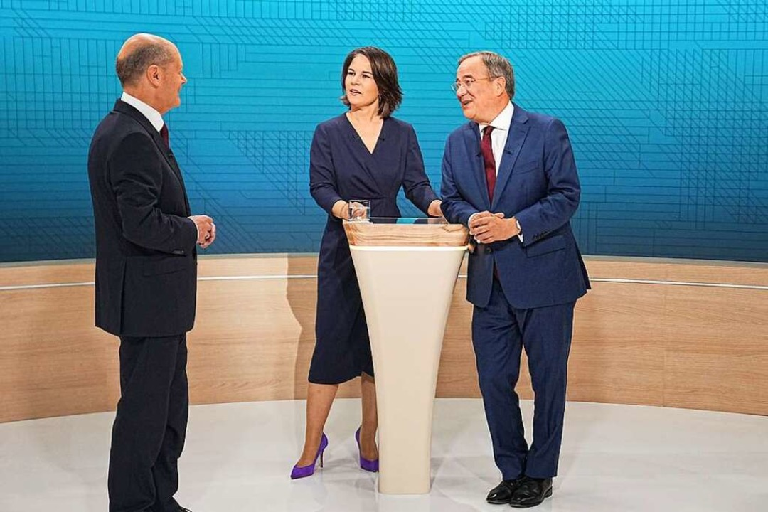 Kanzlerkandidat Olaf Scholz (SPD, l-r)...(CDU) im Fernsehstudio des TV-Triells.    Foto: Michael Kappeler (dpa)
