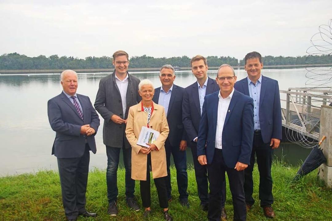 Die Bürgermeister von Weisweil und Sch...l, mit Sichtkontakt auf Schönau.        | Foto: Ilona Huege