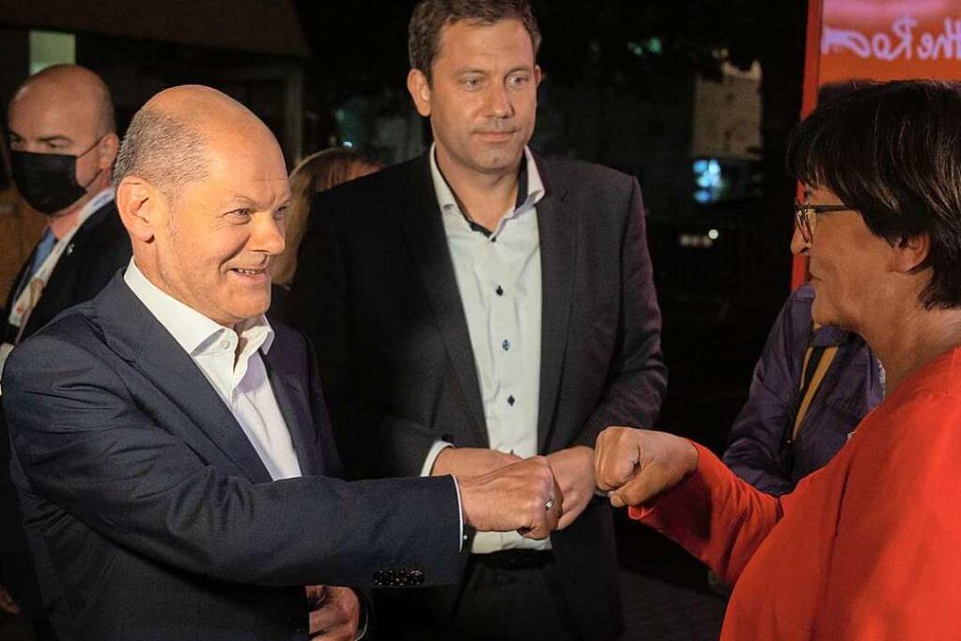 Olaf Scholz (links), Kanzlerkandidat d...rsitzende, nach dem zweiten TV Triell.  | Foto: Christophe Gateau (dpa)