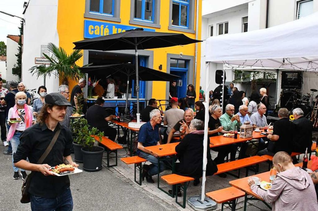 Gut besucht war das Eröffnungsfest für das Café Kreuzweg am Samstag.  | Foto: Barbara Ruda