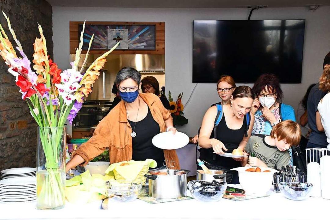 Zum Essen holen durften die Besucher i...ieb weiterhin nur Essen zum Mitnehmen.  | Foto: Barbara Ruda
