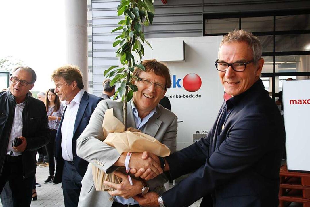 Geschäftsführer Dirk Zimmermann und Bürgermeister Michael Goby (von links).  | Foto: Christiane Franz