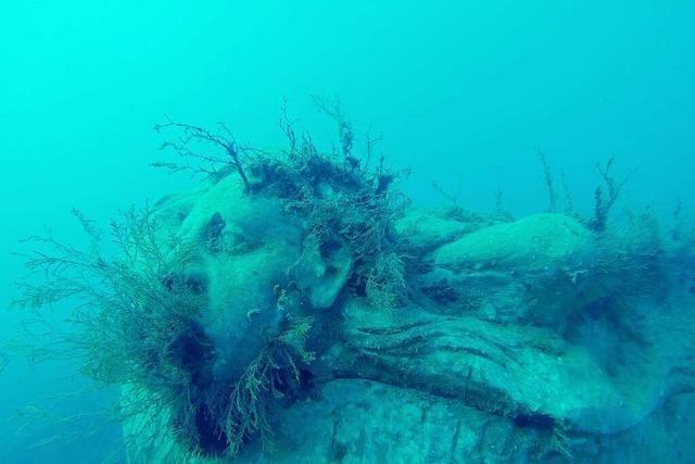Wie ein Mann in der Toskana mit Unterwasserskulpturen Fische rettet