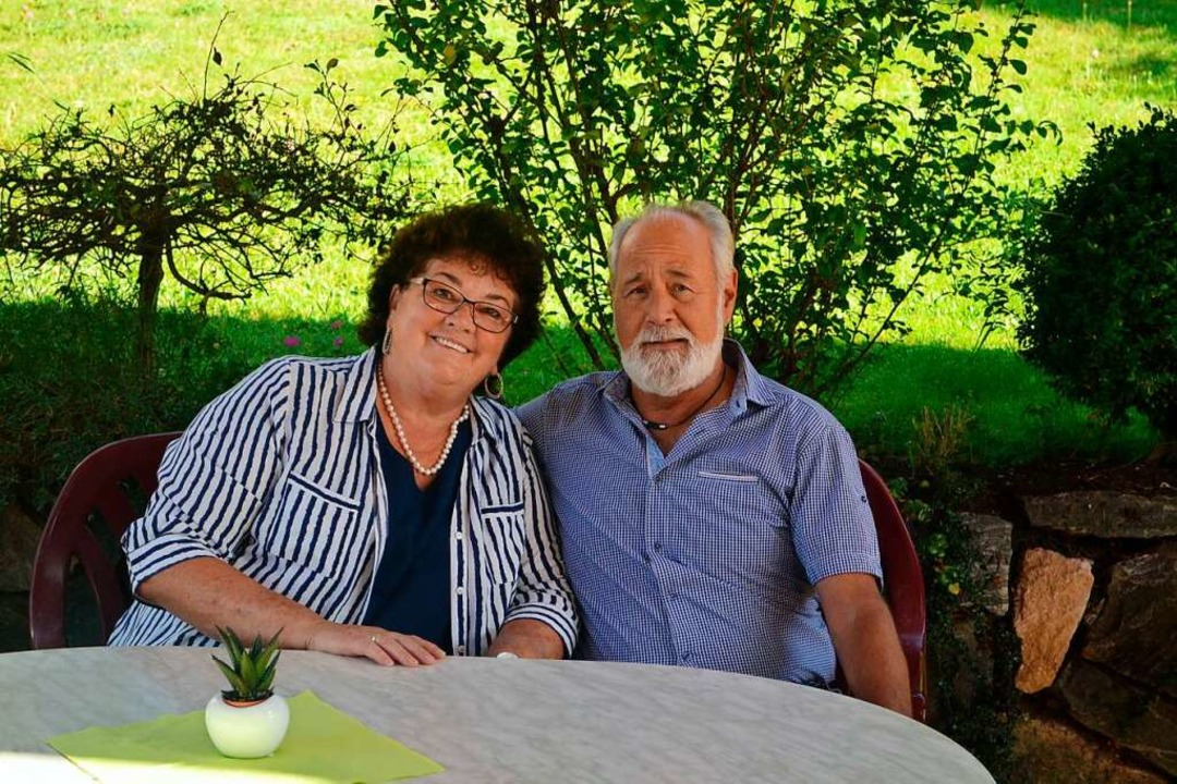 Rosi und Klaus Bodenlos in ihrem Biergarten    Foto: Liane Schilling