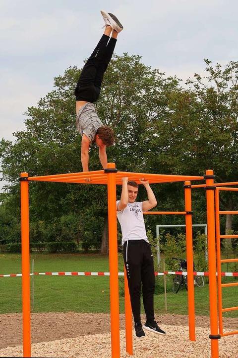 Julian Treiber (oben) und Henrik Mattm... Calisthenics-Park am Ihringer Bauhof.  | Foto: Christine Weirich