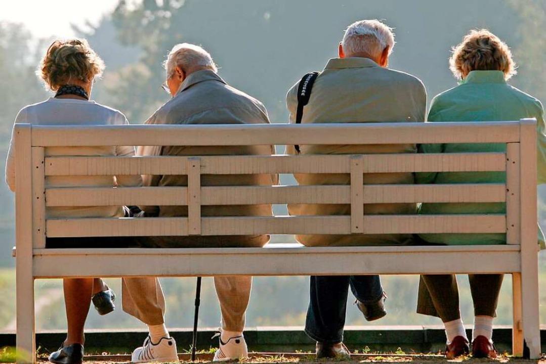 Das Pflegen sozialer Kontakte ist laut...ponente für eine hohe Lebenserwartung.  | Foto: Ralf Hirschberger (dpa)