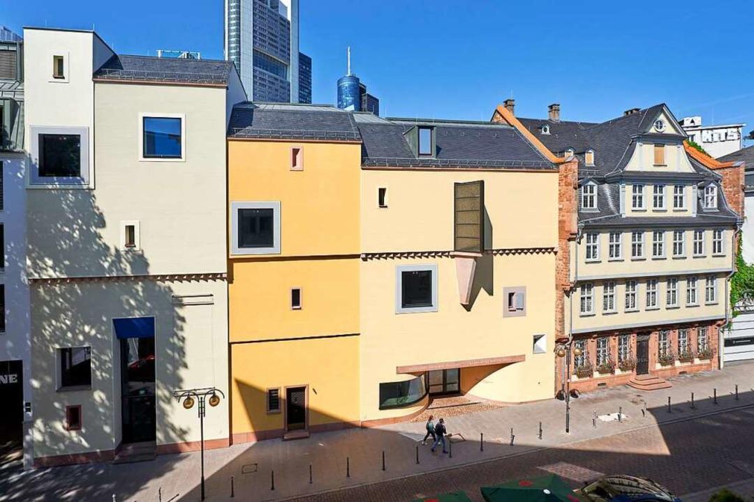 Die Fassade des Deutschen Romantik-Mus...nkfurt, rechts daneben das Goethe-Haus  | Foto: Hochstift