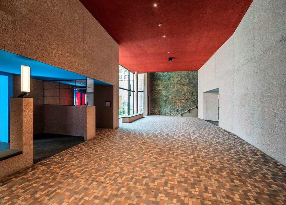 Blick vom Foyer auf die Brandmauer  | Foto: Alexander Engler
