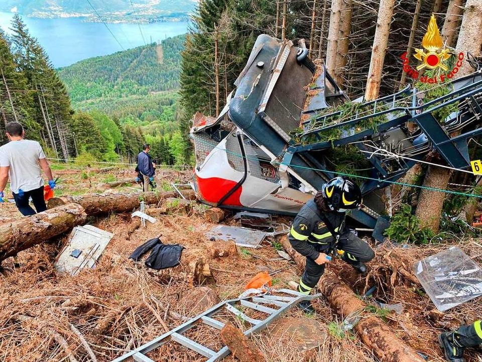Rettungshelfer arbeiten am Wrack einer...tände der Reise waren zunächst unklar.    Foto: - (dpa)