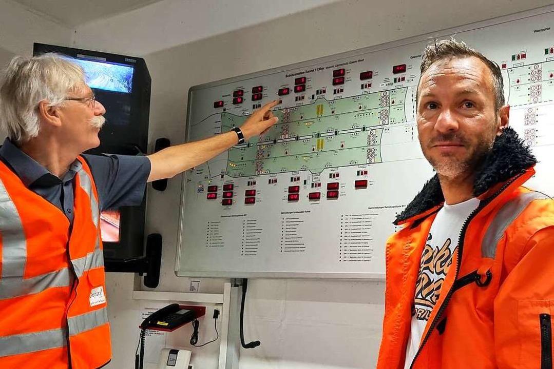 Thomas Weis (links) und Daniel Faller haben den Verkehr im Tunnel im Blick.  | Foto: Uwe Mauch