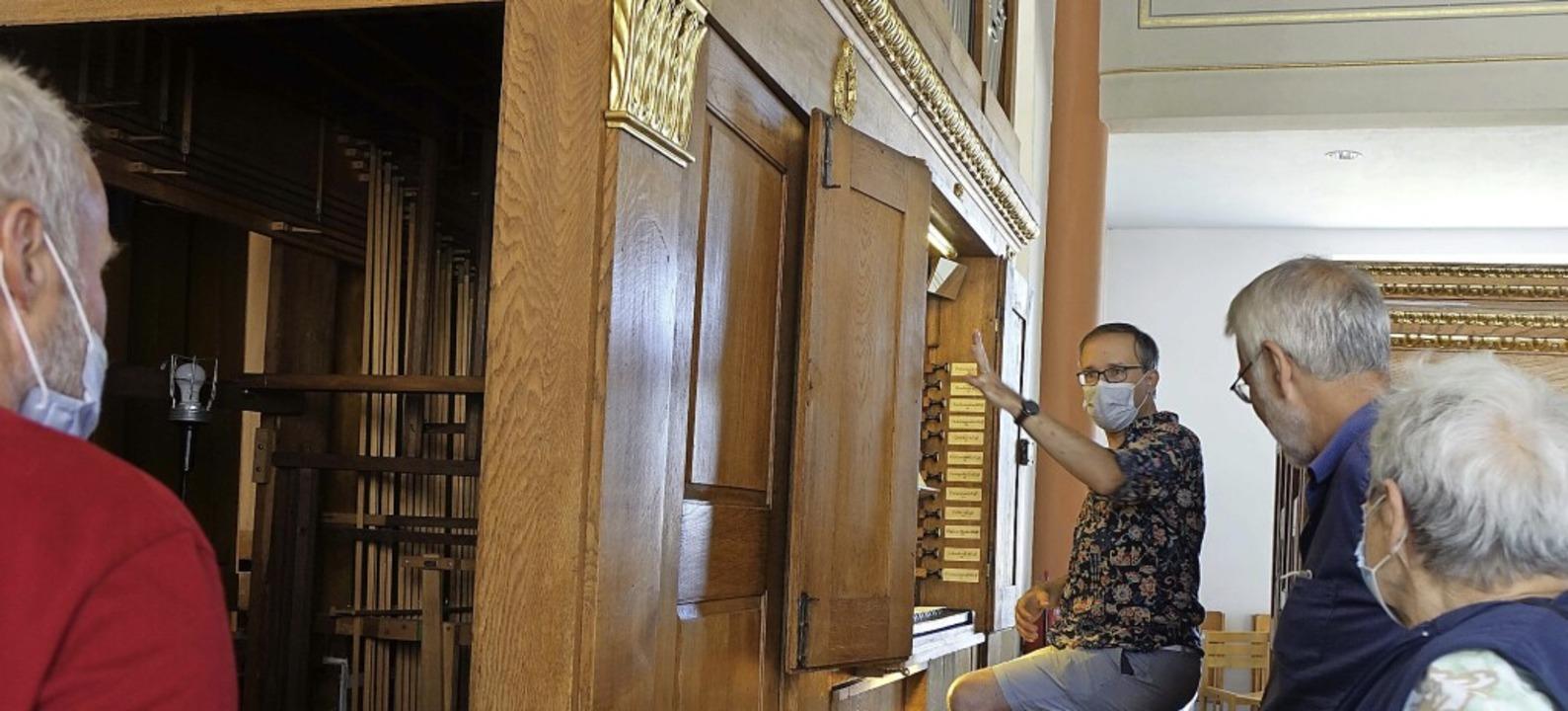 Pfarrer Christian Mack erläutert e die...rklin-Orgel und zeigte ihr Innenleben.  | Foto: Roswitha Frey
