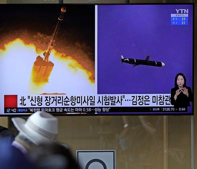 Das südkoreanische Fernsehen zeigte Aufnahmen der Raketentests.  | Foto: Lee Jin-Man (dpa)