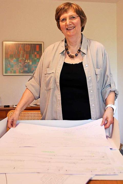 Auf Papier entwirft die Autorin Gudrun...ränge für ihre G.F. Goldenfels-Krimis.  | Foto: Erika Sieberts