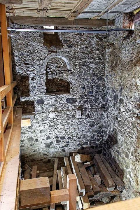 Blick in den Keller des an den Üsenber...hes Wirtschafts- und Lagergebäude war.    Foto: Ruth Seitz