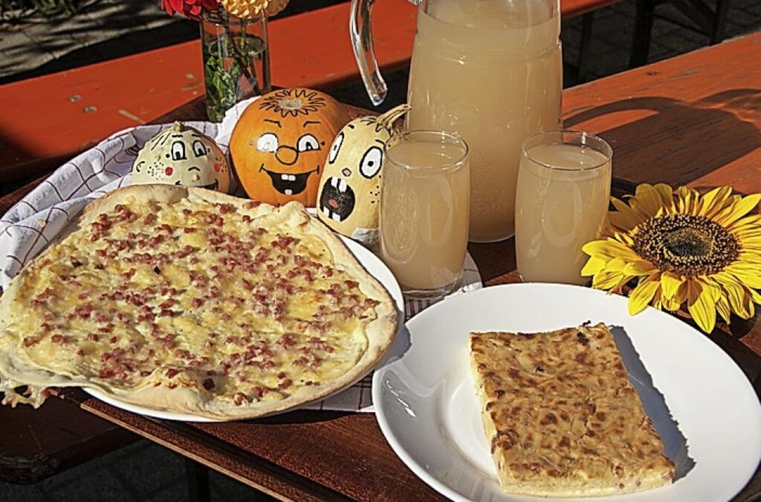 Rahm-Speckfladen und Zwiebelkuchen gibt es zum Abholen.  | Foto: Schmids Bauernladen
