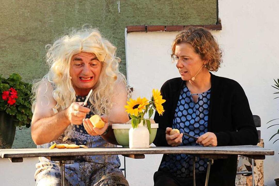 Bauer Jupp Speckmann (Karsten Norman) ...a (Petra Strub) beim Kartoffelschälen.  | Foto: Mario Schöneberg