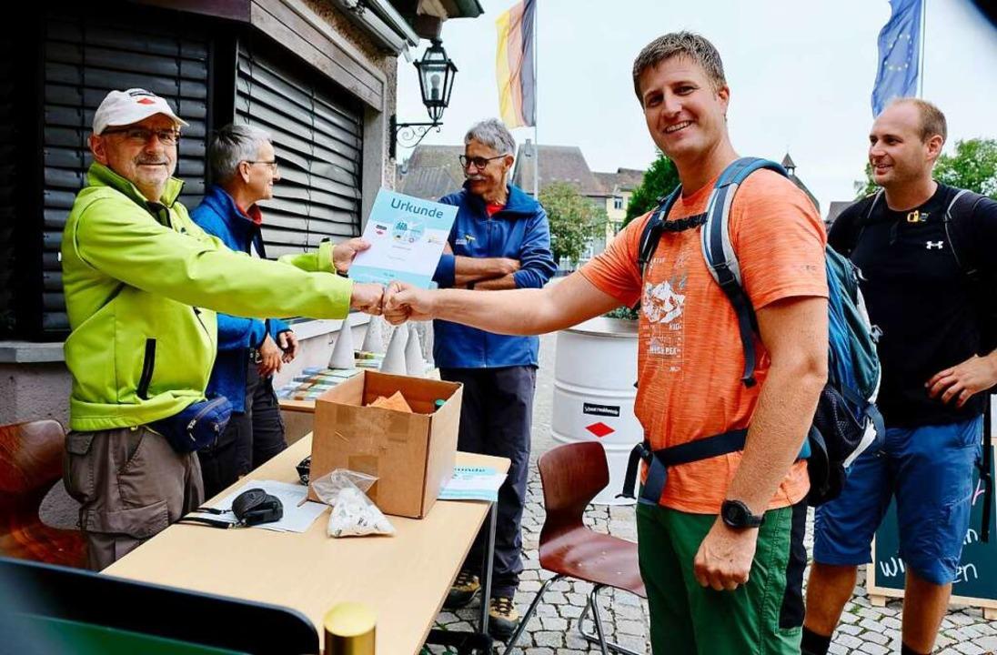 Thomas Sell (links) überreicht dem frü...derkollege Jan Zimmermann aus Binzgen.  | Foto: Andrea Worthmann