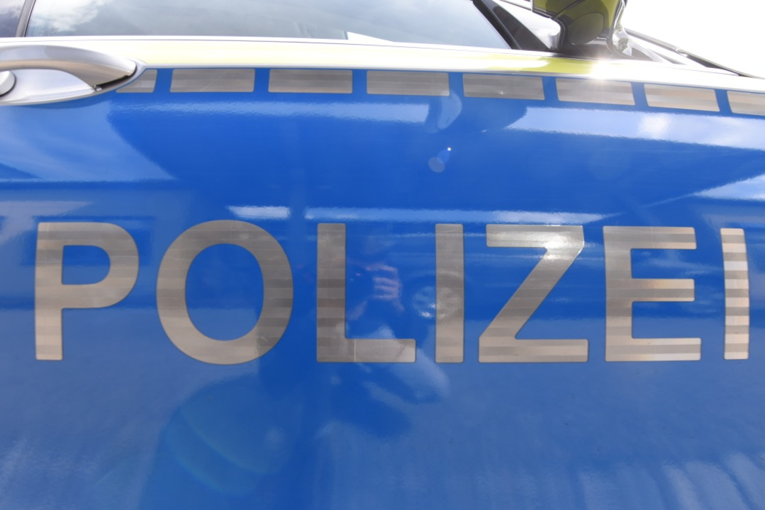 Die Polizei informiert über einen Unfall auf der A5.  | Foto: Jonas Hirt