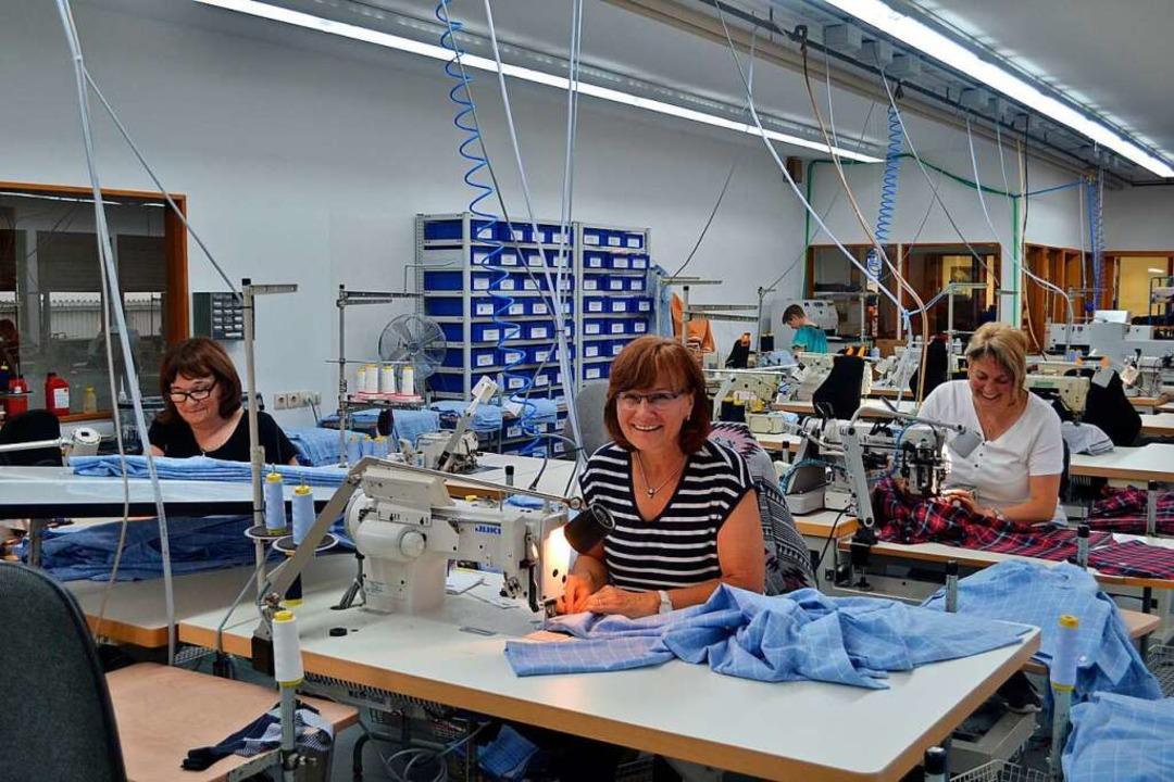 Die Arbeit im Nähsaal ist gut durchorg...utomation Handarbeit und Konzentration  | Foto: Liane Schilling
