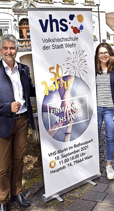 Bürgermeister Michael Thater und Volks...reude dem VHS-Jubiläumsmarkt entgegen.    Foto: Hrvoje Miloslavic