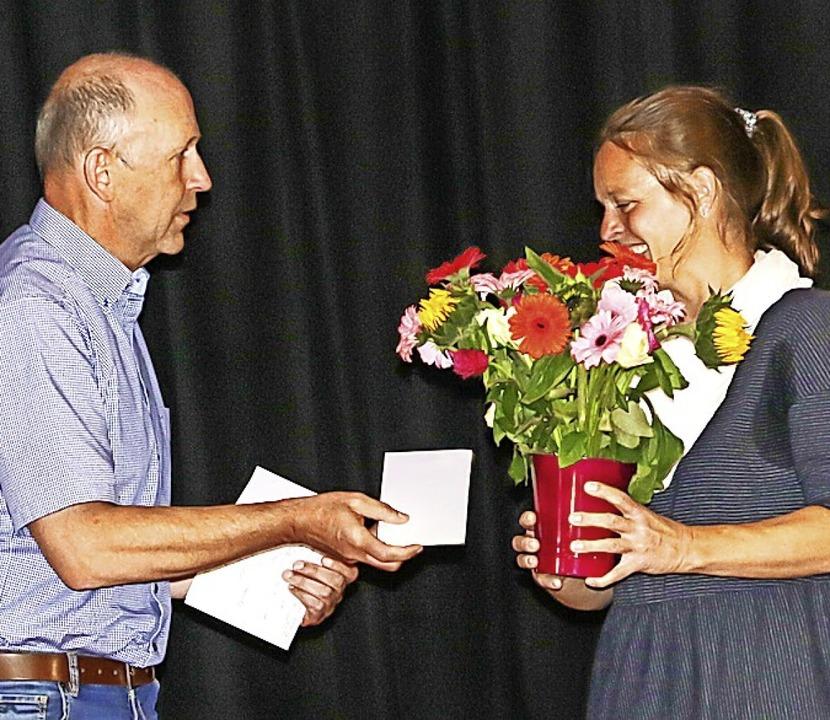 Christian Behringer bedankte sich bei Initiatorin Romana Friedrich.    Foto: Wilfried Dieckmann