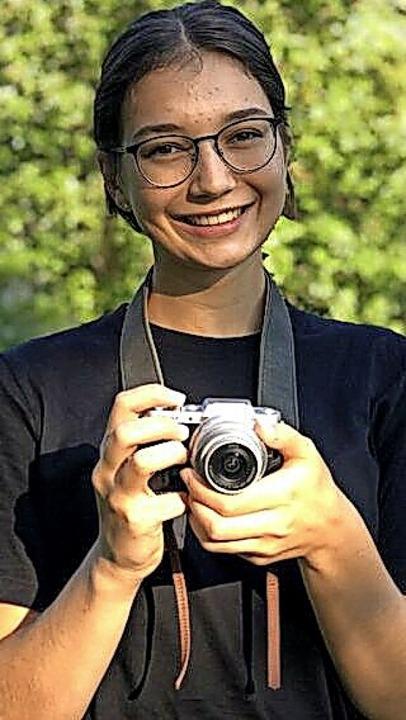 Clara Butkereit mit ihrem Arbeitsgerät, der Kamera.    Foto: Thomas Biniossek