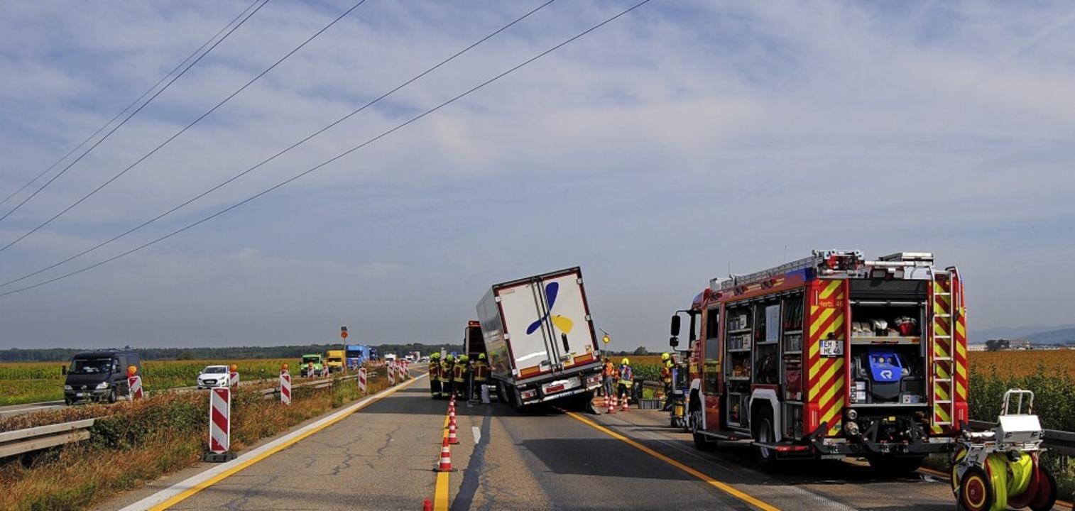 Die Havarie eines Sattelzugs führte zu...rung der A5 in Richtung Norden.    Foto: Feuerwehr Herbolzheim