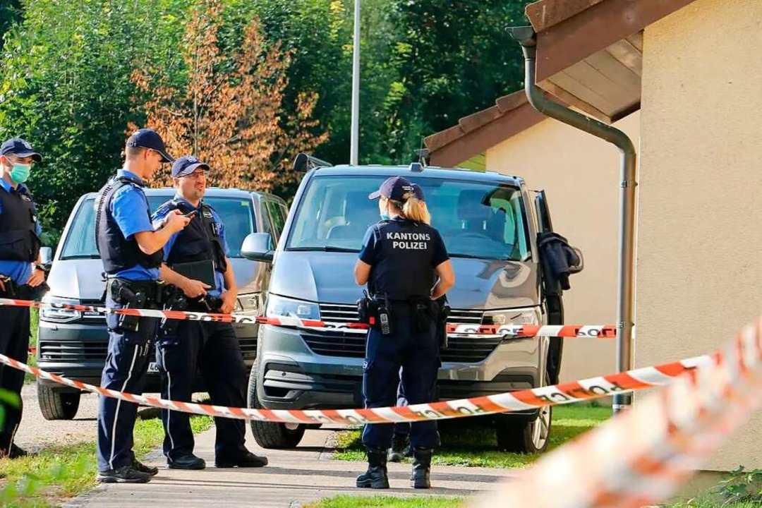 An der Grubenstraße in Frick ermittelt...grund zweier Leichen in einer Wohnung.  | Foto: Dennis Kalt