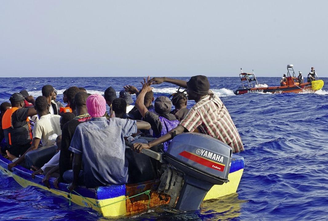 Menschen im manövrierunfähigen Boot werden von Ärzte ohne Grenzen gerettet  | Foto: Thorsten Kliefoth/Resqship