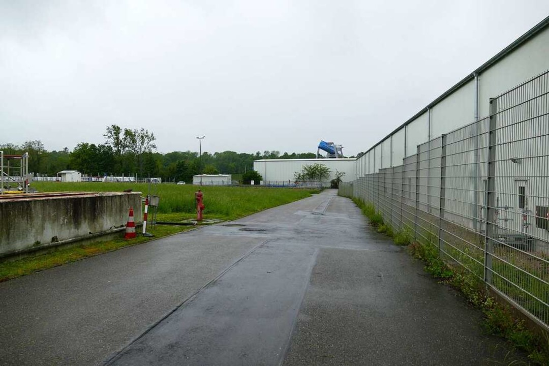 Eine Grube, zwei Verfahren: Rechts die... links das BASF-Gelände mit Kläranlage  | Foto: Dora Schöls