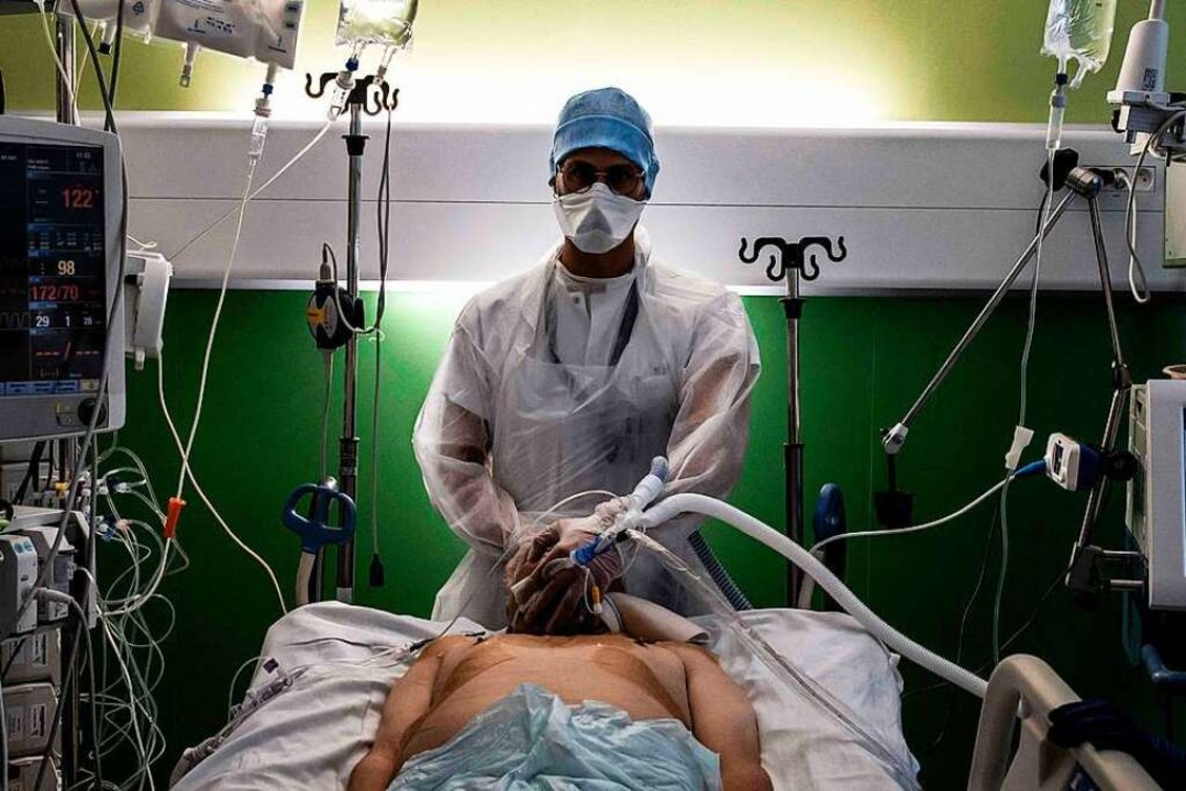 Viel Aufwand für das Pflegepersonal: e...f einer französischen Intensivstation.    Foto: Jeff Pachoud (dpa)