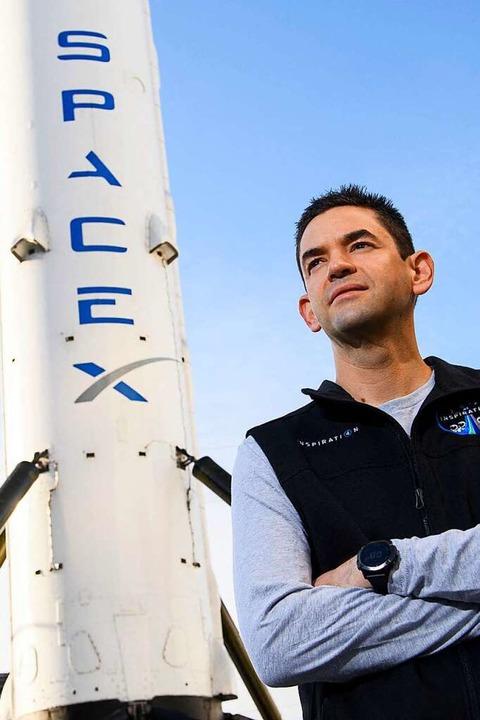 Jared Isaacman neben einer Space X Rakete  | Foto: PATRICK T. FALLON (AFP)
