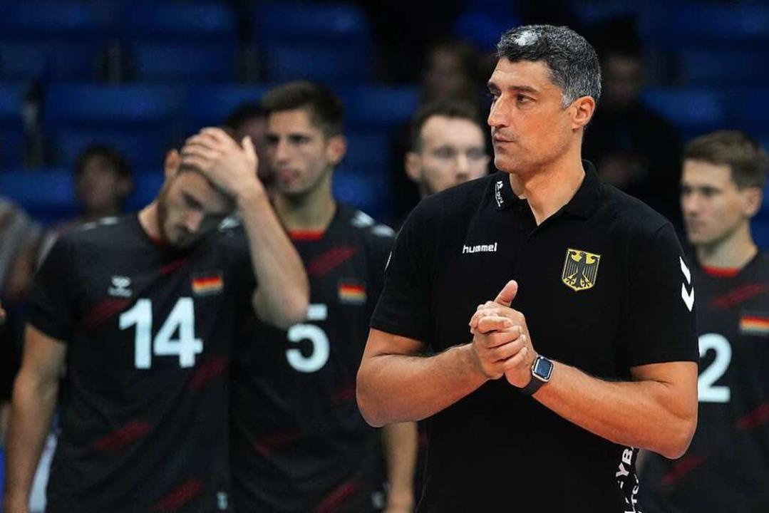 Bundestrainer Andrea Giani (im Vorderg... dem deutschen Team ins EM-Halbfinale.  | Foto: Roman Koksarov (dpa)